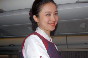 Stewardess auf einem Flug der Air China - günstig nach Asien