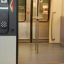 Der Eingang für Rolli-Fahrer. Die Haltestange in der Mitte ist nicht besonders hilfreich und einfach im Weg.