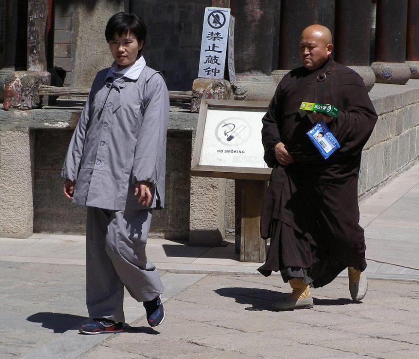 Pilger und buddhistischer Mönch in einem Tempel am Wutaishan
