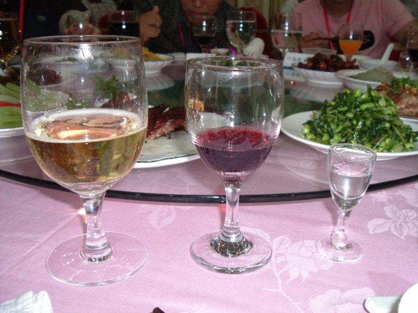 Alkohol unterwegs beim Essen