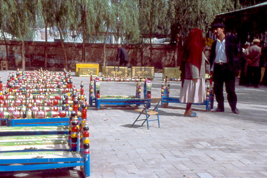 Sonntagsmarkt in Kashgar . Kinderwiegen 1992
