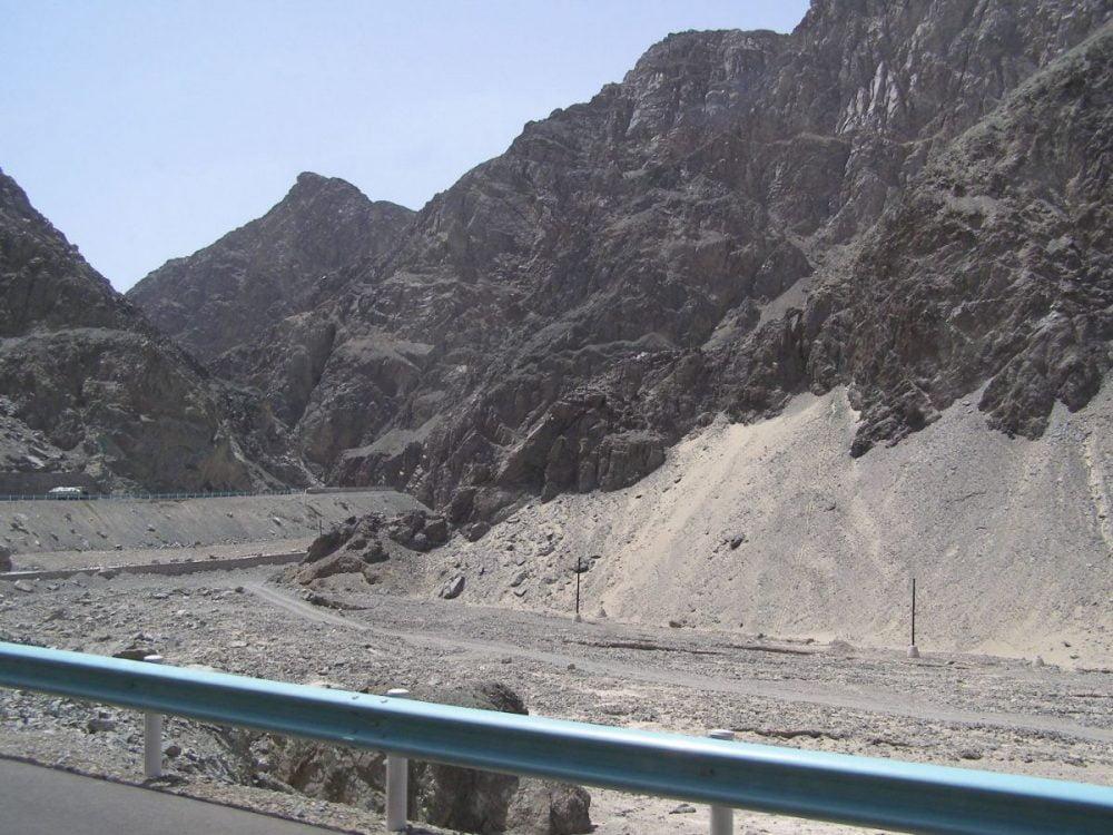 Die schlucht mit angewehtem Sand aus der Taklamakan-Wüste 2007