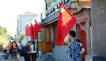 Rote Fahnen zur Parade 2015