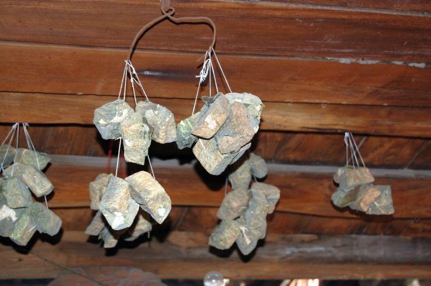 In einem Hauseingang in Guoyu habe ich diese seltsamen Dinge hängen sehen. Leider hab eich die Erklärungen des Guides nicht ganz verstanden. Aber er hat etwas von Heilpflanzen gesagt. Ob das Ling Zhi Pilze sind?