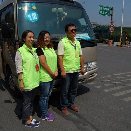 Von links: Dolmetscherin Kang, Reiseleiterin Zhang und Busfahrer Chen