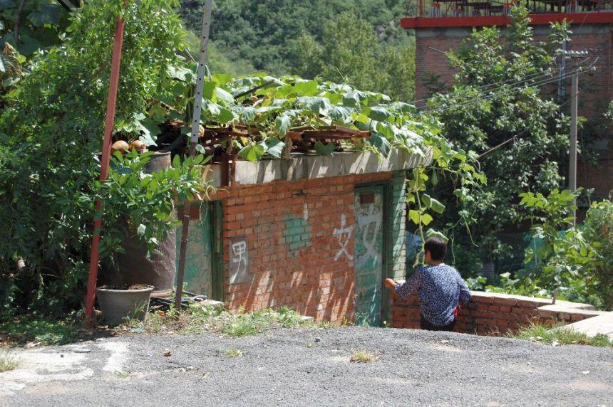 Öffentliche Toilette am Wegesrand. Authentisch - aber willst Du das wirklich?