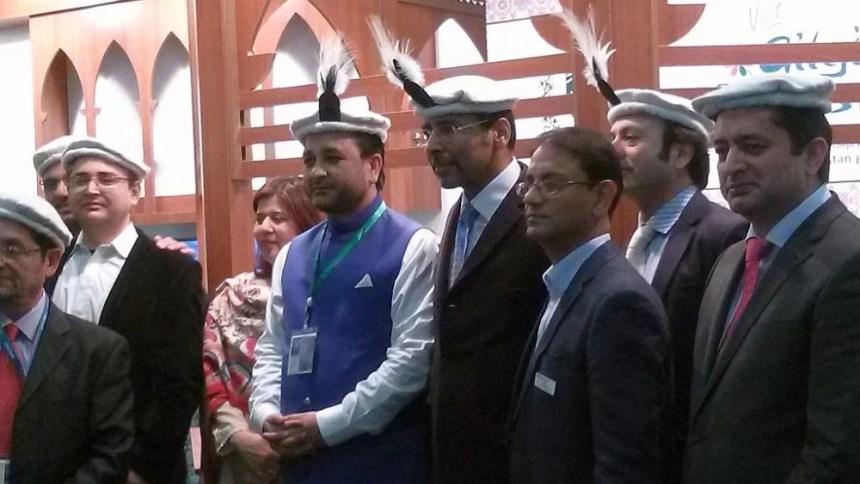 Der pakistanische Botschafter eröffnet den Messe-Stand auf der ITB