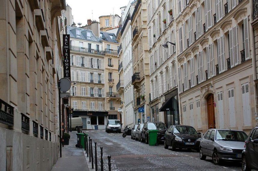 Hinten rechts rum und schon steht Ihr fast vor direkt vor dem Arc de Triomphe