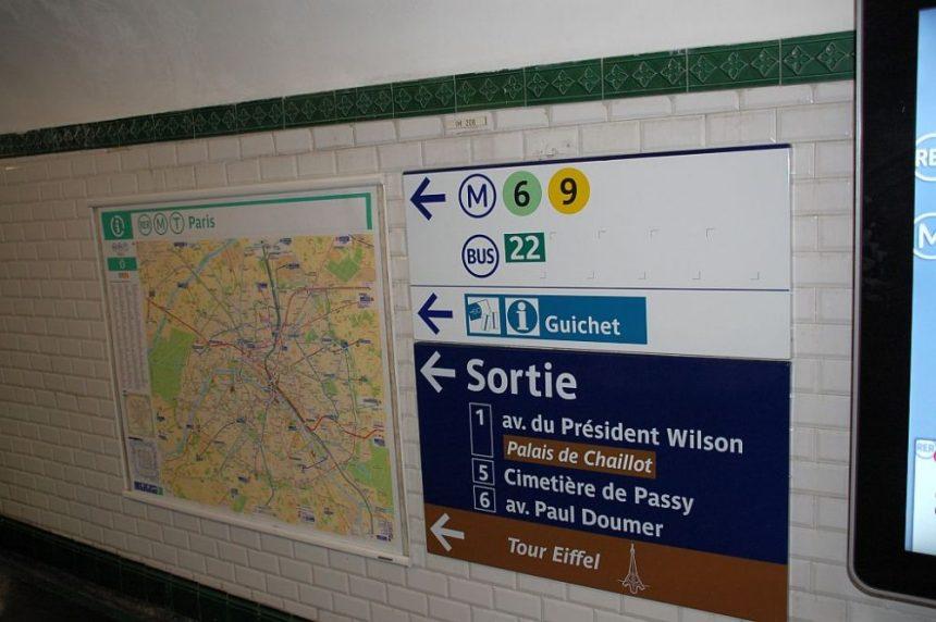 Hinweise in der Metro-Station