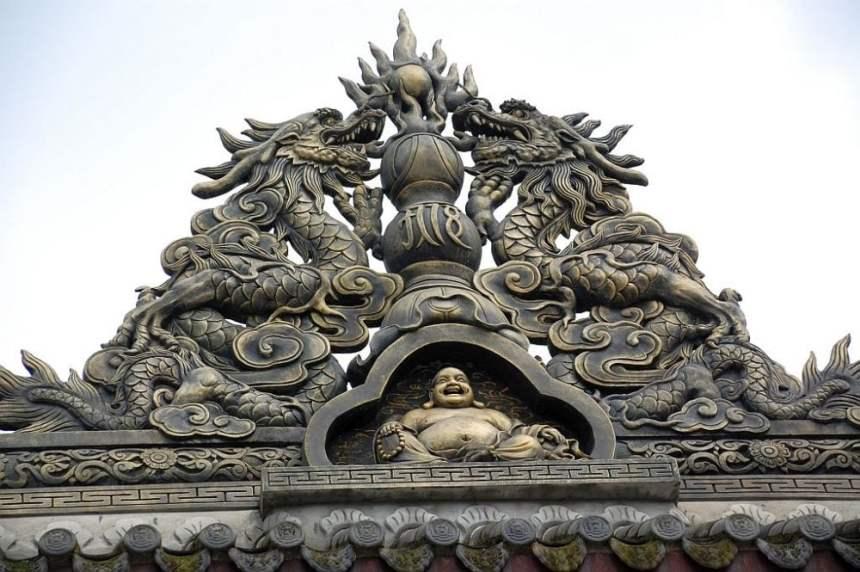 Aufsatz mit Maitreye Buddha über dem Eingang.