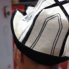 Kirgise mit der Typischen Kopfbedeckung
