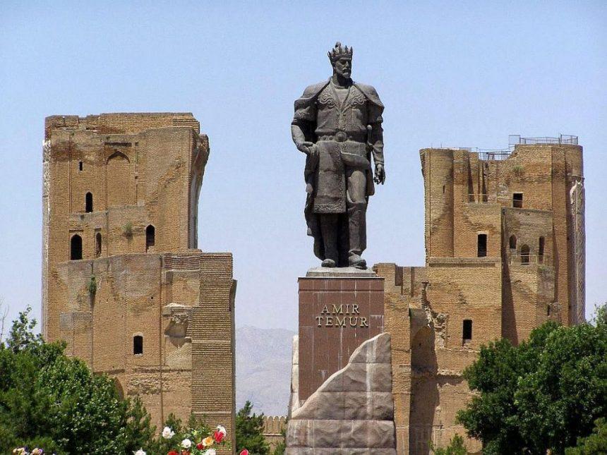 Shakri Sabz: Der Weiße Palast mit einer Statue von Timur in Vordergrund