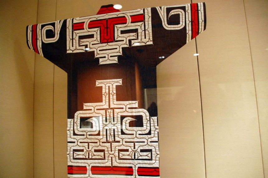 Japan: Gewand der Ainu