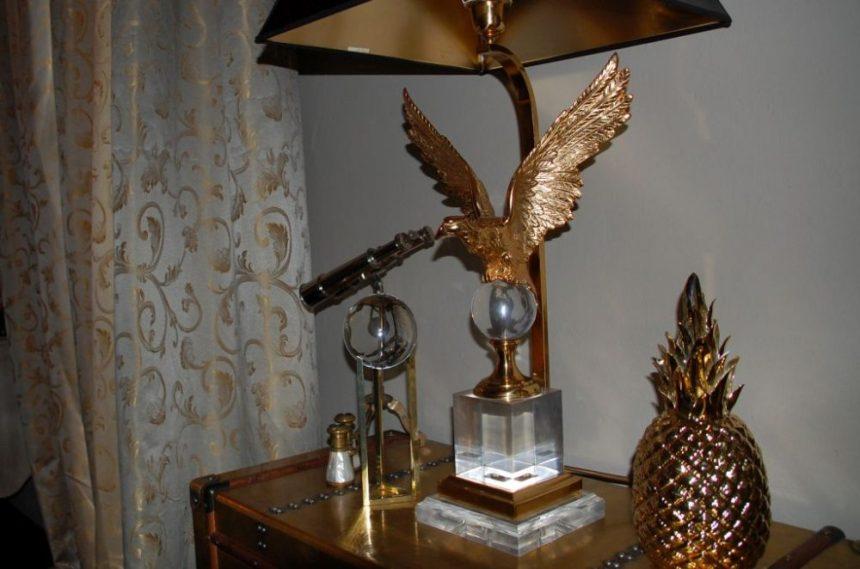Goldener Vogel als Lampenständer