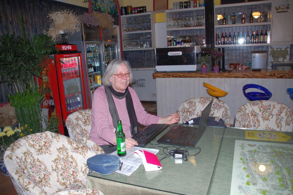 Ulrike im Hostel am Laptop.