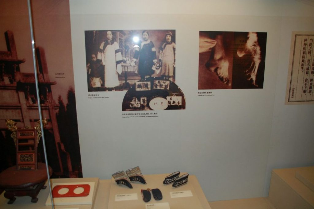 Schuhe für Lotosfüße im Museum in Peking.