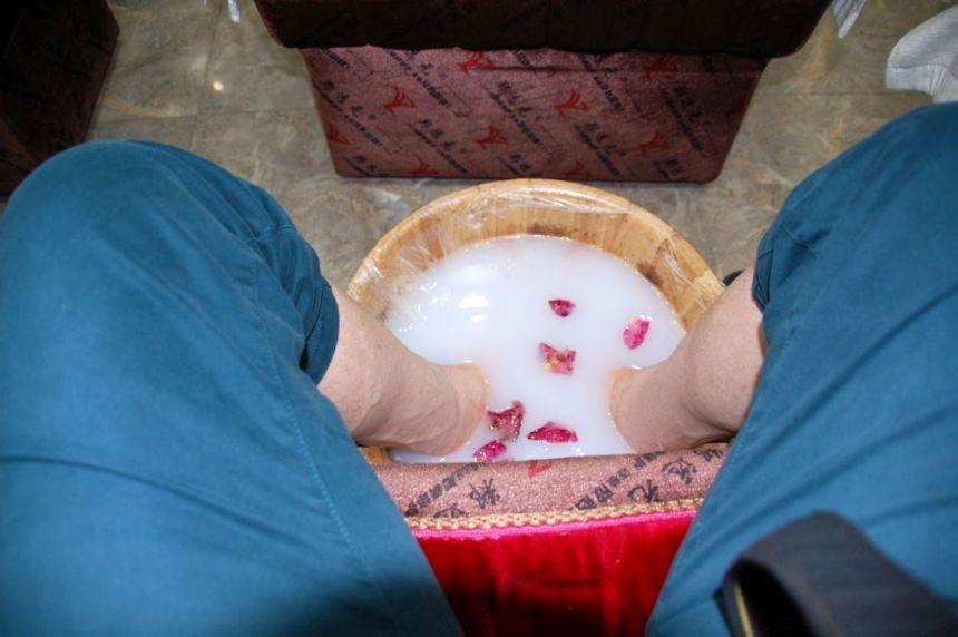 Rosenblätter im Fußbad für die Fußmassage