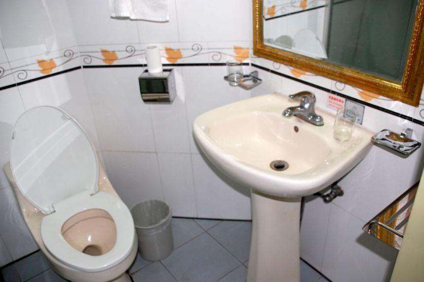 Das Badeezimmer_ Das Waschbecken hatte eine seltsame Farbe, war aber sauber