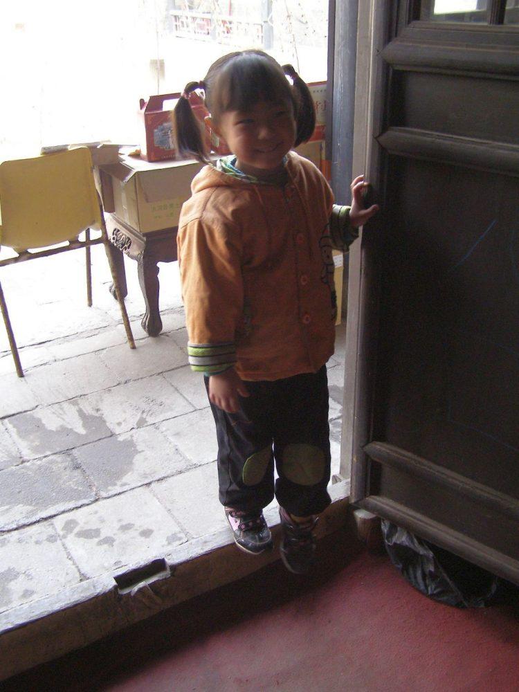 China-Reise mit Kind: Die hohen Schwellen können für Kleinkinder beschwerlich sein