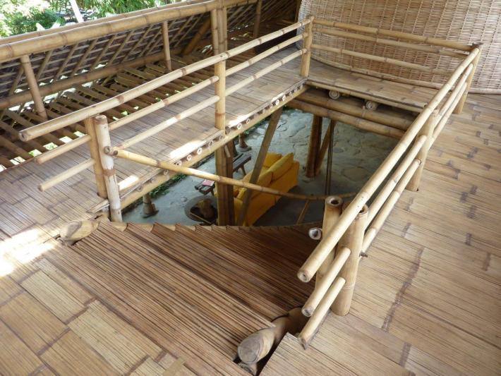 Bambustreppe mit Treppengeländer aus Bambusstangen CONBAM