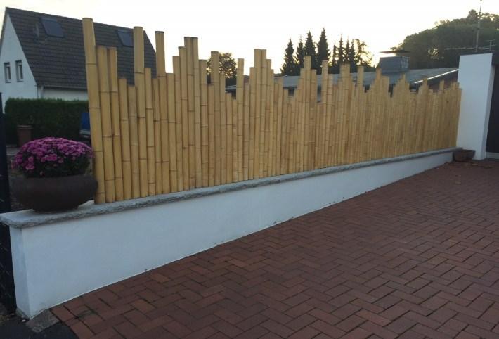 Bambus-Palisade_Zaun-aus-Bambusrohren-mit-unterschiedlichen-Höhen.jpg