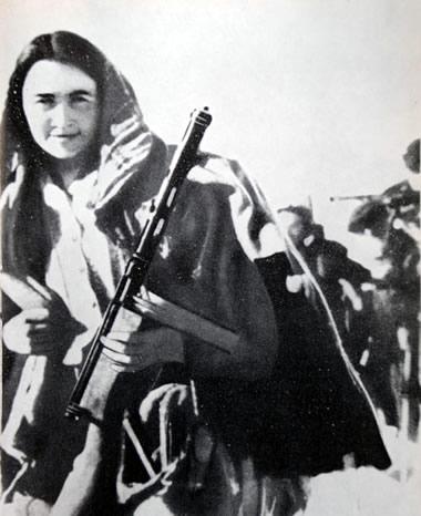 Fotografia BN di partigiana in armi