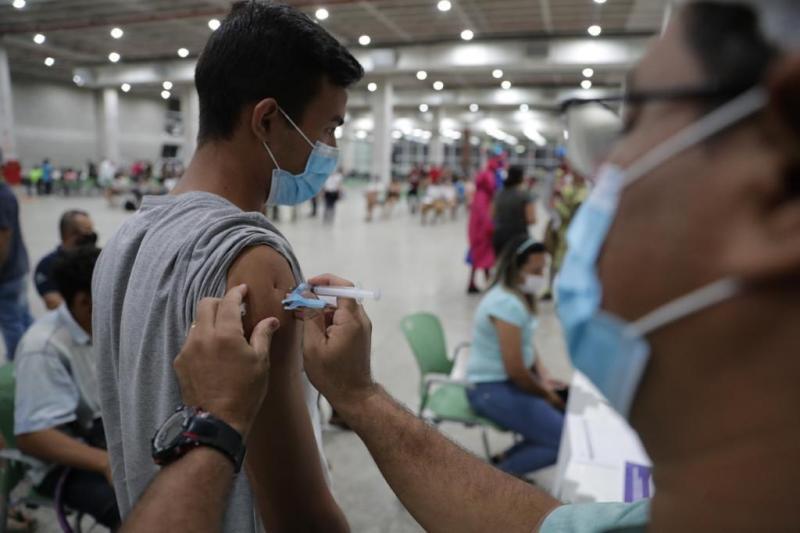 Com 40 mil imunizados no primeiro dia, mutirão para vacinar 18+ vai até meia-noite desta quinta
