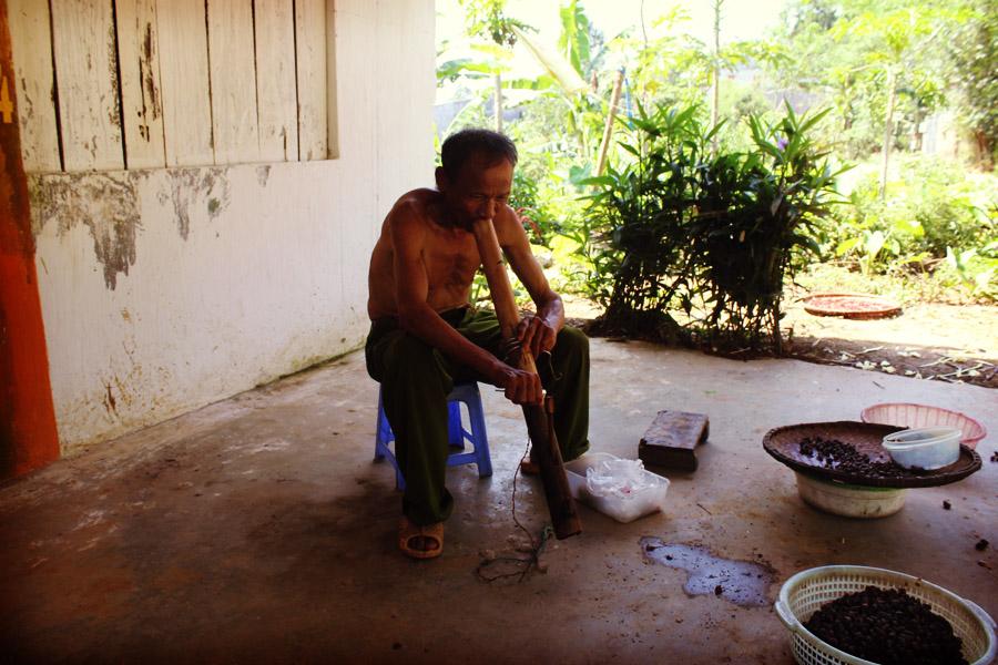 Sorte de grosse pipe très courante au Laos et au Vietnam. Une bouffée suffit aux plus gros fumeurs.
