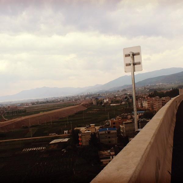 L'autoroute enjambe la vallée