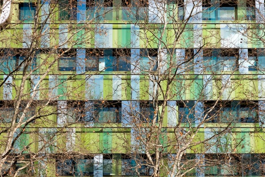 AG2R la Mondiale Echrirolles Architecture Art Contemporain Love architecture Culture Photographie Baptiste Gamby photographie d'art architectures Nous souhaitons 2018 riche en images, en édition, en jeunes talents. Nous souhaitons une année curieuse et ouverte à l'autre, à l'inconnu, à la différence. Nous la souhaitons colorée et heureuse. Cette année commence pour nous avec le lancement du N°07 de NiepceBook. Égalité(s), Territoire(s) que montre la photographie contemporaine ? 10 photographes publiés, 10 portfolios pleine page et autant d'interviews-portraits, des chroniques qui ne se publient plus... ou pas encore. Une édition limitée et numérotée. Sans publicité, NiepceBook existe à travers ses lecteurs. Développez une autre presse, nous grandirons avec vous. L'équipe éditoriale SOUTENIR / PRÉACHETER LE N°07 de NIEPCEBOOK SOUTENIR / PRÉACHETER LE N°07 DE NIEPCEBOOK NiepceBook N°07 Choisissez la couverture définitive ! Ce sont les lecteurs qui sélectionnent le visuel de couverture de ce numéro. Nous avons réalisé 10 visuels de couverture, un par artiste. Et vous, quelle couverture choisissez-vous ? CHOISIR LA COUVERTURE Vous ne trouverez jamais la revue en kiosque. Niepcebook est en édition limitée et numérotée, vous la recevez emballée dans un papier de soie opaque et coloré. Vous ne la trouverez pas en kiosque, mais vous pouvez en feuilleter un extrait. Belles découvertes FEUILLETER UN EXTRAIT