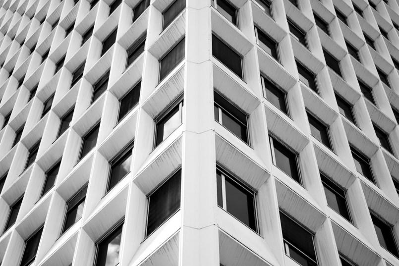 Sécurité sociale de Grenoble Architecture Art Contemporain Love architecture Culture Photographie Baptiste Gamby photographie d'art architectures Nous souhaitons 2018 riche en images, en édition, en jeunes talents. Nous souhaitons une année curieuse et ouverte à l'autre, à l'inconnu, à la différence. Nous la souhaitons colorée et heureuse. Cette année commence pour nous avec le lancement du N°07 de NiepceBook. Égalité(s), Territoire(s) que montre la photographie contemporaine ? 10 photographes publiés, 10 portfolios pleine page et autant d'interviews-portraits, des chroniques qui ne se publient plus... ou pas encore. Une édition limitée et numérotée. Sans publicité, NiepceBook existe à travers ses lecteurs. Développez une autre presse, nous grandirons avec vous. L'équipe éditoriale SOUTENIR / PRÉACHETER LE N°07 de NIEPCEBOOK SOUTENIR / PRÉACHETER LE N°07 DE NIEPCEBOOK NiepceBook N°07 Choisissez la couverture définitive ! Ce sont les lecteurs qui sélectionnent le visuel de couverture de ce numéro. Nous avons réalisé 10 visuels de couverture, un par artiste. Et vous, quelle couverture choisissez-vous ? CHOISIR LA COUVERTURE Vous ne trouverez jamais la revue en kiosque. Niepcebook est en édition limitée et numérotée, vous la recevez emballée dans un papier de soie opaque et coloré. Vous ne la trouverez pas en kiosque, mais vous pouvez en feuilleter un extrait. Belles découvertes FEUILLETER UN EXTRAIT