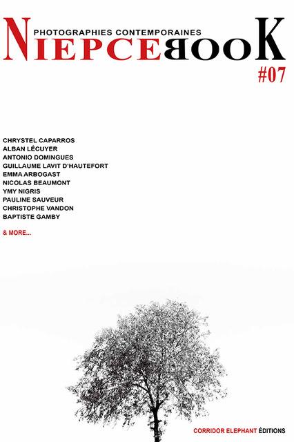 NIEPCEBOOK DE CORRIDOR ELEPHANT PARIS imprimeur parisien Baptiste Gamby photographie d'art architectures Nous souhaitons 2018 riche en images, en édition, en jeunes talents. Nous souhaitons une année curieuse et ouverte à l'autre, à l'inconnu, à la différence. Nous la souhaitons colorée et heureuse. Cette année commence pour nous avec le lancement du N°07 de NiepceBook. Égalité(s), Territoire(s) que montre la photographie contemporaine ? 10 photographes publiés, 10 portfolios pleine page et autant d'interviews-portraits, des chroniques qui ne se publient plus... ou pas encore. Une édition limitée et numérotée. Sans publicité, NiepceBook existe à travers ses lecteurs. Développez une autre presse, nous grandirons avec vous. L'équipe éditoriale SOUTENIR / PRÉACHETER LE N°07 de NIEPCEBOOK SOUTENIR / PRÉACHETER LE N°07 DE NIEPCEBOOK NiepceBook N°07 Choisissez la couverture définitive ! Ce sont les lecteurs qui sélectionnent le visuel de couverture de ce numéro. Nous avons réalisé 10 visuels de couverture, un par artiste. Et vous, quelle couverture choisissez-vous ? CHOISIR LA COUVERTURE Vous ne trouverez jamais la revue en kiosque. Niepcebook est en édition limitée et numérotée, vous la recevez emballée dans un papier de soie opaque et coloré. Vous ne la trouverez pas en kiosque, mais vous pouvez en feuilleter un extrait. Belles découvertes FEUILLETER UN EXTRAIT