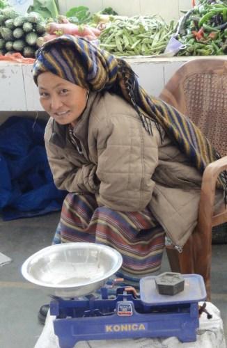 vendeuse du marche de Thimphou-blog Bar a Voyages