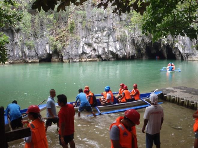 touristes sur des pirogues en route pour la rivière souterraine du Parc national de St Paul à Palawan