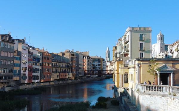 La rivière Onyar à Gérone - blog Bar à Voyages