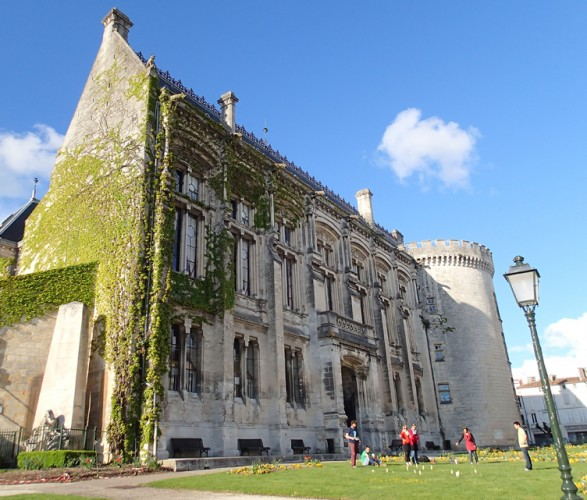 château-Angoulême-bar-a-voyages
