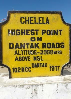 Panneau signalétique du col de Chelela au Bhoutan
