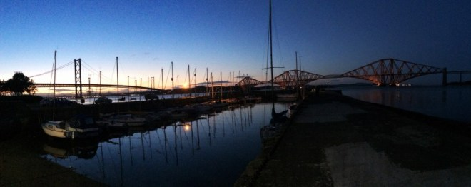 Le port de Queensferry et le Forth Bridge de nuit en Ecosse
