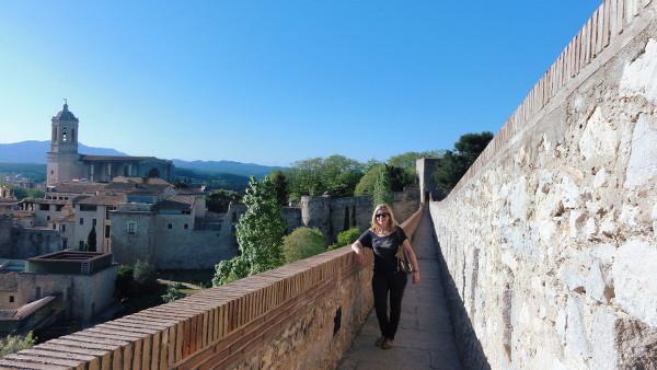 Claire sur les remparts de la ville