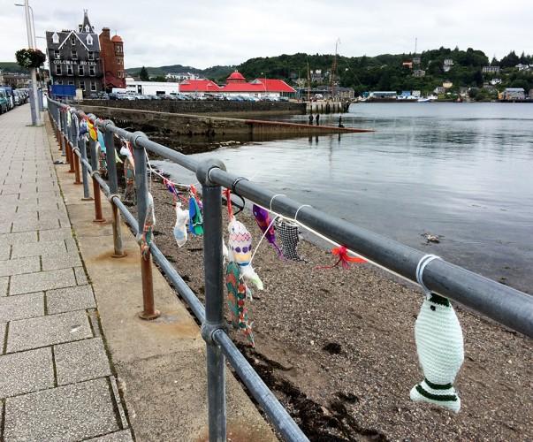 Visiblement, un fan de poisson et de tricot s'est beaucoup amusé sur le front de mer d'Oban