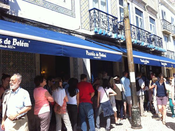 File d'attente devant les Pasteis de Belem/Lisbonne - blog Bar a? Voyages