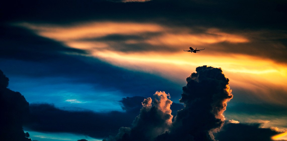 Plane and sunset clouds ©Pixaybay