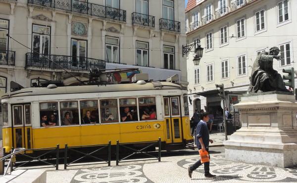 Tramway jaune à Lisbonne - blog Bar a? Voyages