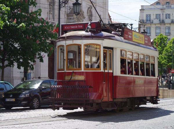 Tramway rouge à Lisbonne - blog Bar a? Voyages