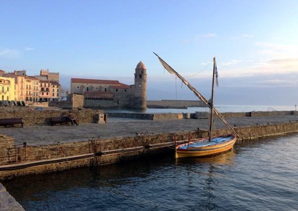 """Vue sur le port de Collioure et la barque traditionnelle catalane """"Ufana"""""""