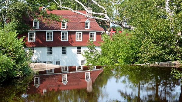 Le cadre enchanteur du Moulin de Beaumont au bord de l'eau - Québec
