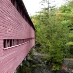 Pont couvert au dessus de la rivière dans le parc de la chute Sainte-Agathe - Québec