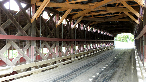 Pont couvert qui enjambe la rivière - Parc de la chute Sainte-Agathe - Québec