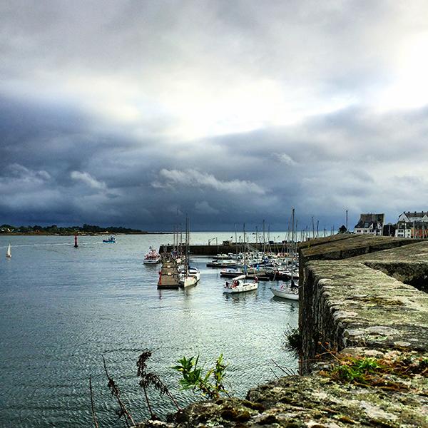 Vue sur le port de Concarneau depuis les remparts de la ville-close ©Magali Renard / Le Bar à Voyages