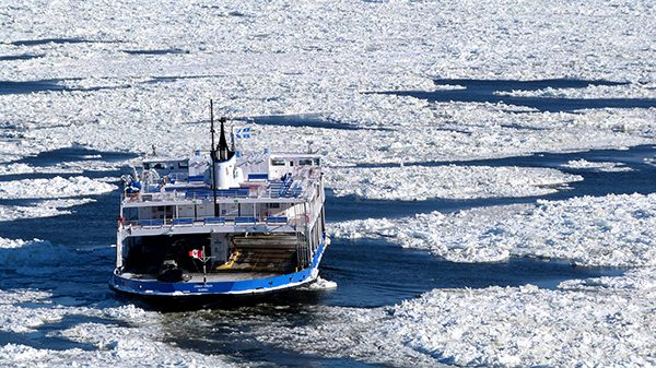 Le Traversier au milieu des glaces ©Franck/Le Bar à Voyages